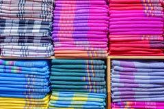 五颜六色的衣裳在碗柜 免版税图库摄影