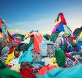 五颜六色的衣裳大堆  免版税库存图片