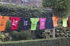 五颜六色的衣裳从洗衣机清洗 免版税图库摄影