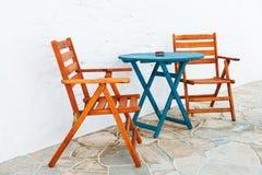五颜六色的表和椅子排列 图库摄影