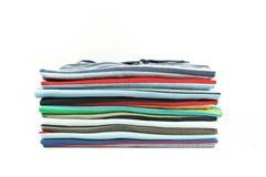 五颜六色的衬衣堆积t 库存照片