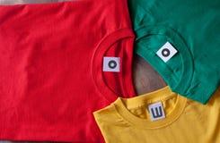 五颜六色的衬衣t 免版税库存照片