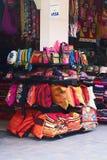 五颜六色的袋子、枕头和枕头套 免版税库存照片