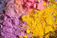 五颜六色的被击碎的眼影化妆用品 免版税库存照片