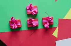 五颜六色的被包裹的礼物盒 库存图片