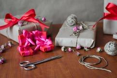 五颜六色的被包裹的礼物盒 库存照片
