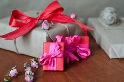 五颜六色的被包裹的礼物盒 免版税库存图片
