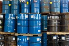 五颜六色的被堆积的钢桶 库存照片