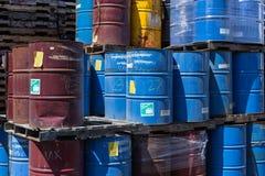 五颜六色的被堆积的钢桶 免版税库存图片