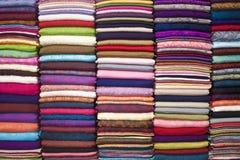 五颜六色的被堆积的织品 免版税图库摄影