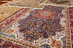 五颜六色的被展开的地毯在东方市场 免版税库存照片