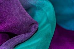 五颜六色的被弄皱的薄绸的织品纹理背景 免版税图库摄影