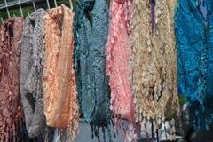 五颜六色的被手工造的围巾被显示在市场上 库存照片