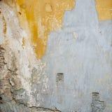五颜六色的被放弃的破裂的砖灰泥墙壁背景 免版税图库摄影