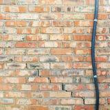 五颜六色的被放弃的难看的东西破裂的砖灰泥墙壁 免版税库存照片