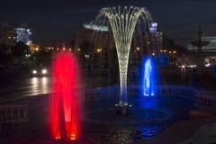 五颜六色的被点燃的喷泉在布加勒斯特 库存图片