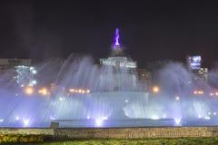 五颜六色的被点燃的喷泉在布加勒斯特 图库摄影