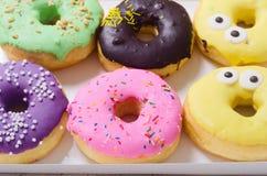 五颜六色的被烘烤的油炸圈饼 免版税库存图片