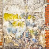 五颜六色的被绘的被放弃的砖墙背景 免版税库存照片