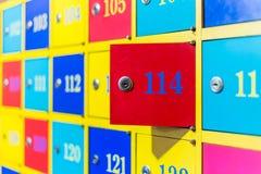 五颜六色的被编号的衣物柜 免版税库存照片