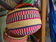 五颜六色的被编织的手工制造非洲加勒比篮子 免版税库存照片