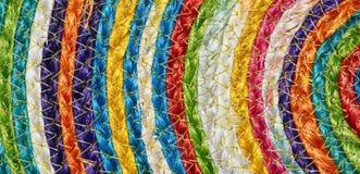 五颜六色的被编织的西沙尔麻羊毛地毯taxtures &背景 库存照片