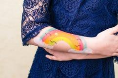 五颜六色的被绘的手 免版税库存图片