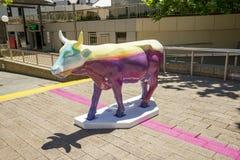五颜六色的被绘的母牛在作为CowParade事件一部分的珀斯市我 库存照片