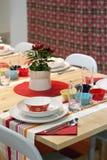 五颜六色的装饰的用餐的餐馆表 免版税库存图片