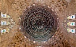 五颜六色的装饰的被绘的圆顶, Al有污迹玻璃窗的Zaher Barquq陵墓,开罗,埃及天花板  免版税库存照片
