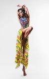 五颜六色的裙子的性感的动态跳舞妇女 免版税图库摄影