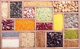 五颜六色的谷物和豆 免版税库存照片