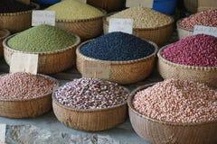 五颜六色的豆和五谷待售在亚洲市场上 库存照片