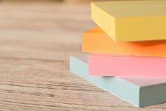 五颜六色的贴纸包裹笔记的关于一张木桌 图库摄影