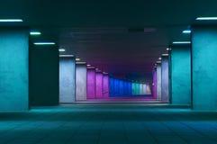 五颜六色的走道在晚上在市鹿特丹 免版税库存图片