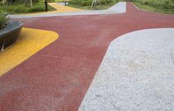 五颜六色的路在城市室外公园 免版税库存图片