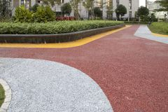 五颜六色的路在现代城市室外公园 库存图片