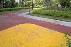 五颜六色的路在现代城市室外公园 免版税图库摄影