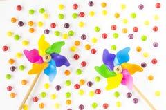 五颜六色的轮转焰火和糖果在白色背景 顶视图 平的位置 免版税库存照片