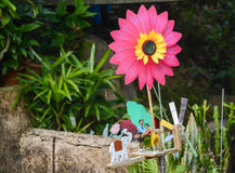 五颜六色的轮转焰火和滑稽的木玩偶 免版税库存图片