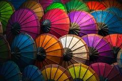 五颜六色的遮阳伞在琅勃拉邦市场上 库存照片