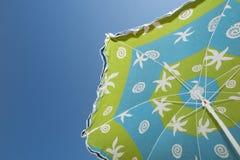 五颜六色的遮阳伞直接地上面太阳暑假 库存图片