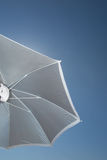 五颜六色的遮阳伞直接地上面太阳暑假 免版税库存图片