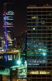 五颜六色的都市夜场面在迪拜 图库摄影