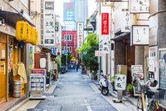 五颜六色的都市静街在有各种各样的商店企业路牌横幅的日本在城市 免版税库存照片