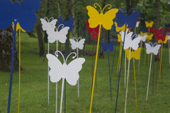 五颜六色的金属蝴蝶在夏天森林里 免版税库存图片