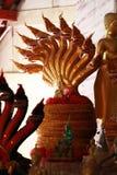 五颜六色的金黄龙马雕象多个头在泰国寺庙的,制作装饰雕象的艺术 免版税库存照片