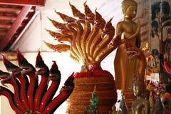 五颜六色的金黄龙马雕象多个头在泰国寺庙的,制作装饰雕象的艺术 免版税库存图片