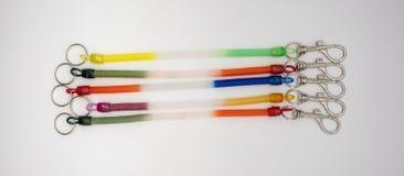 五颜六色的钥匙链圆环和银金属化有strecthable s的勾子 免版税库存照片