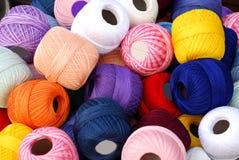 五颜六色的钩针编织线程数 免版税库存图片